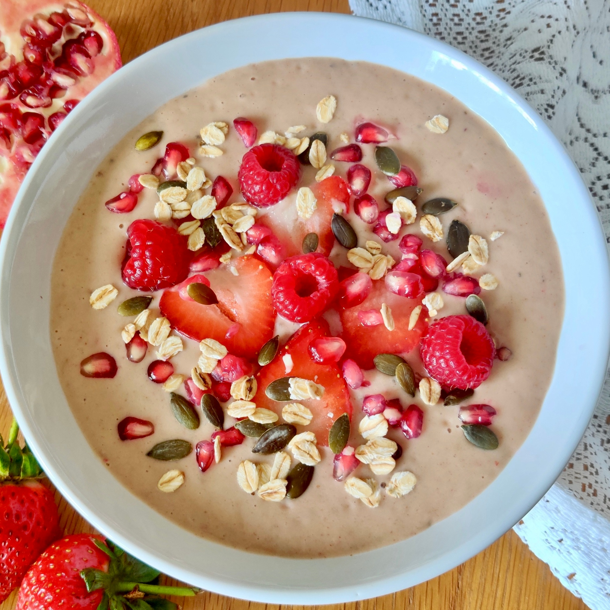 Sweet, simple and satisfying are the words that spring to mind when I think of this delicious smoothie bowl.