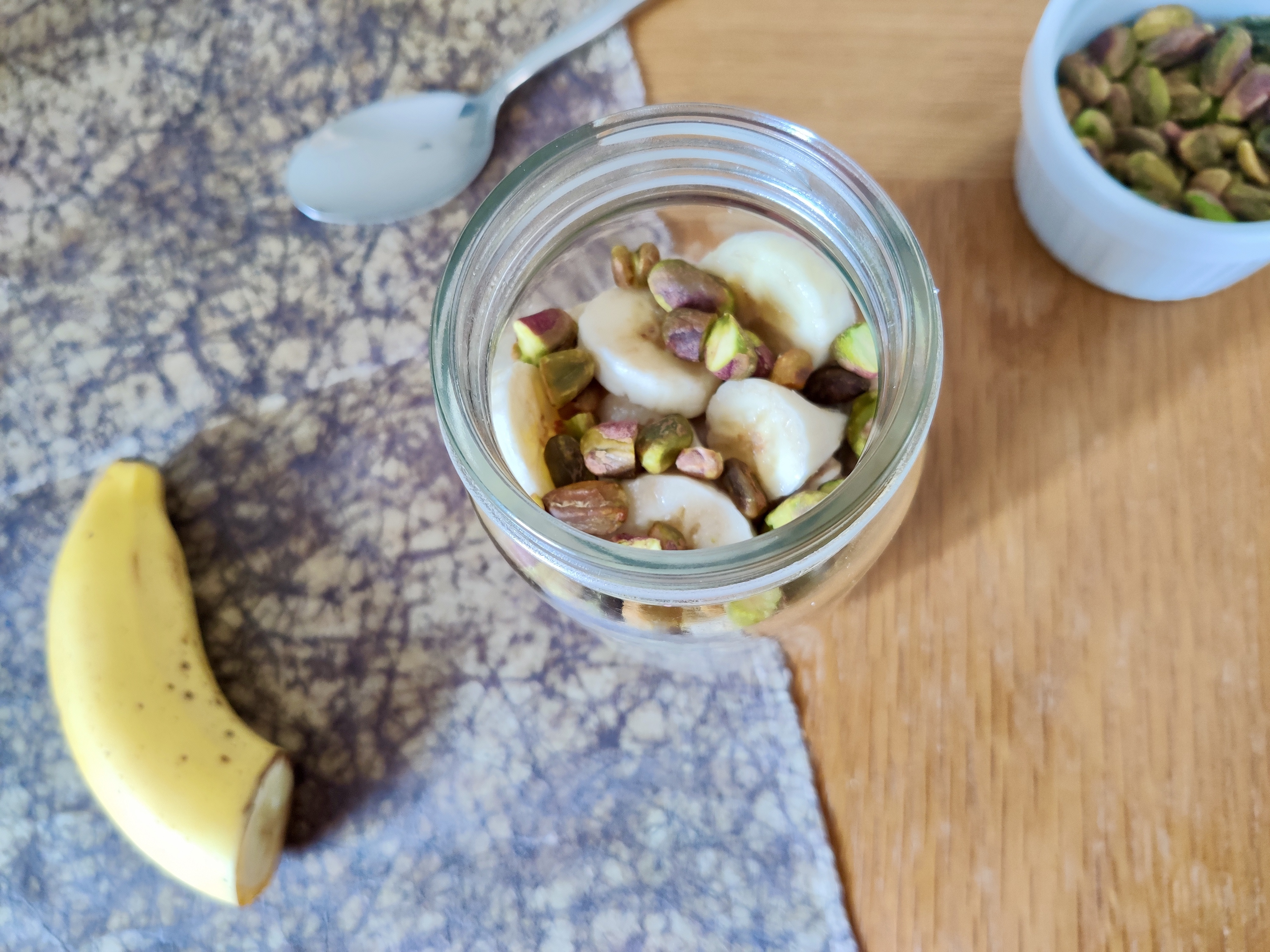 These pistachio and cinnamon overnight oats promote the growth of beneficial bacteria in your gut.